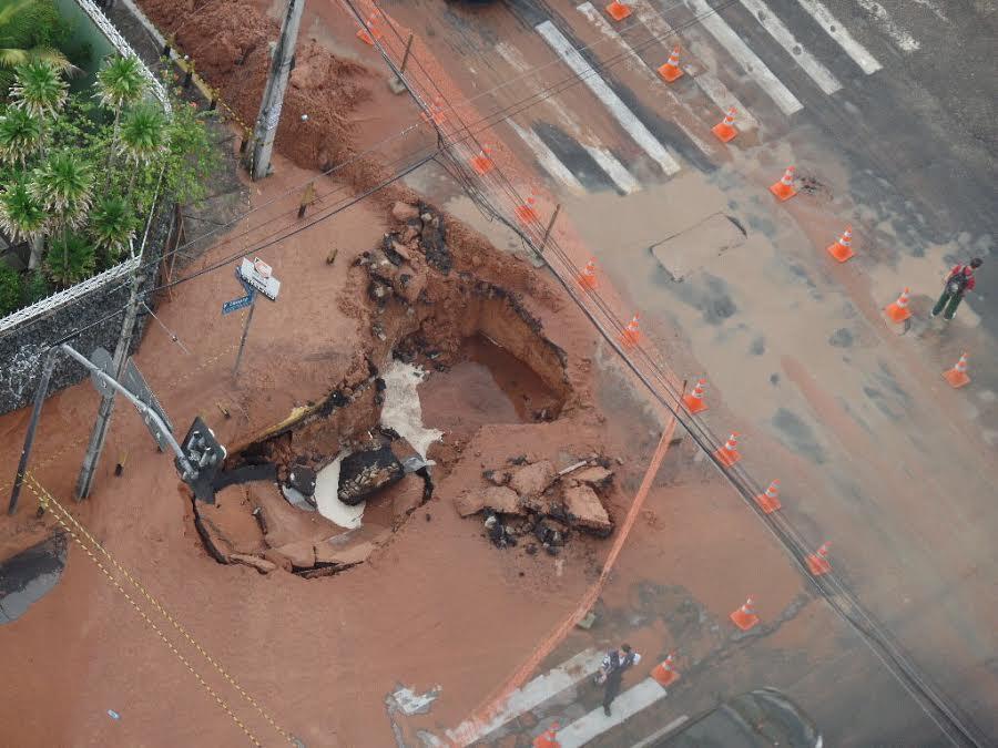 Segundo a AMC, o buraco já foi sinalizado e os motoristas devem utilizar caminhos alternativos