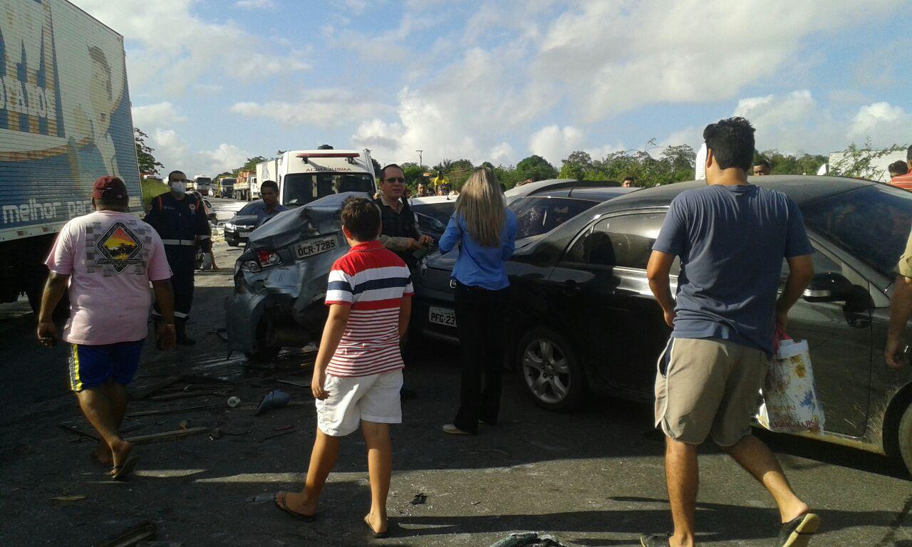 Muitos curiosos foram ao local do acidente para ver a situação dos veículos (Foto: VC Repórter)