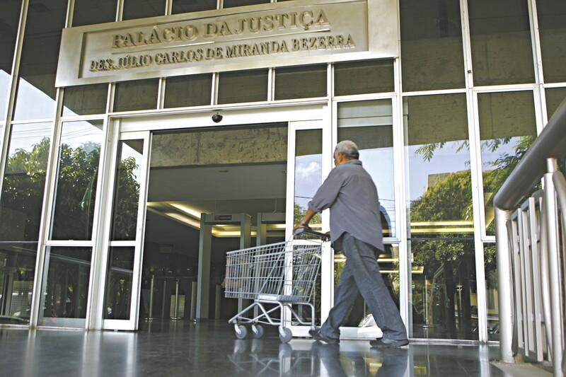 Os funcionários eram lotados no gabinete do desembargador Carlos Rodrigues Feitosa, afastado das funções na última segunda-feira