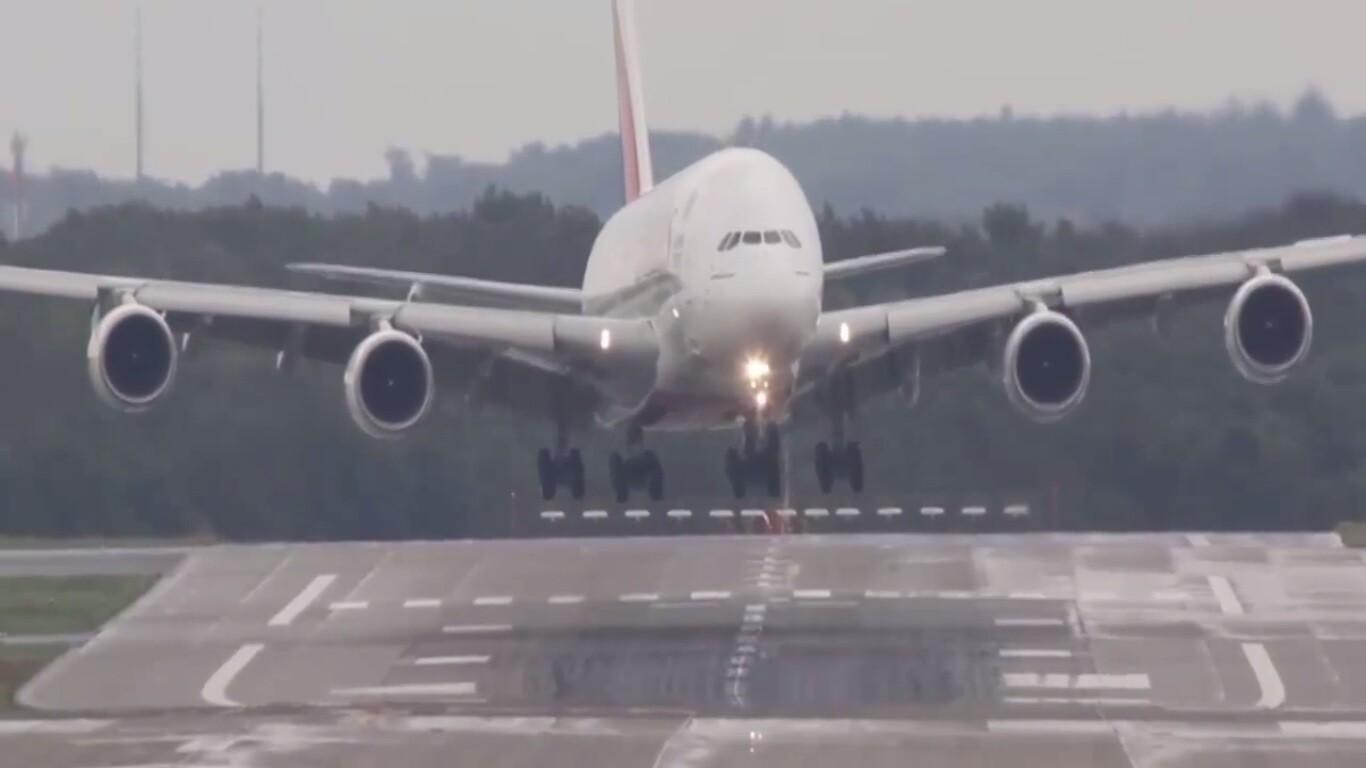 Nas imagens é possível perceber a dificuldade do piloto em manter a  #736158 1366x768 Banheiro De Avião Internacional