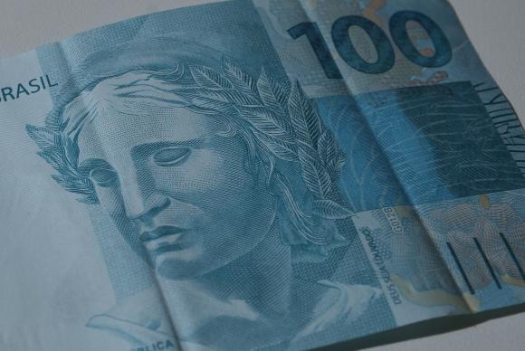 Euro sobe e ultrapassa 1,17 dólares