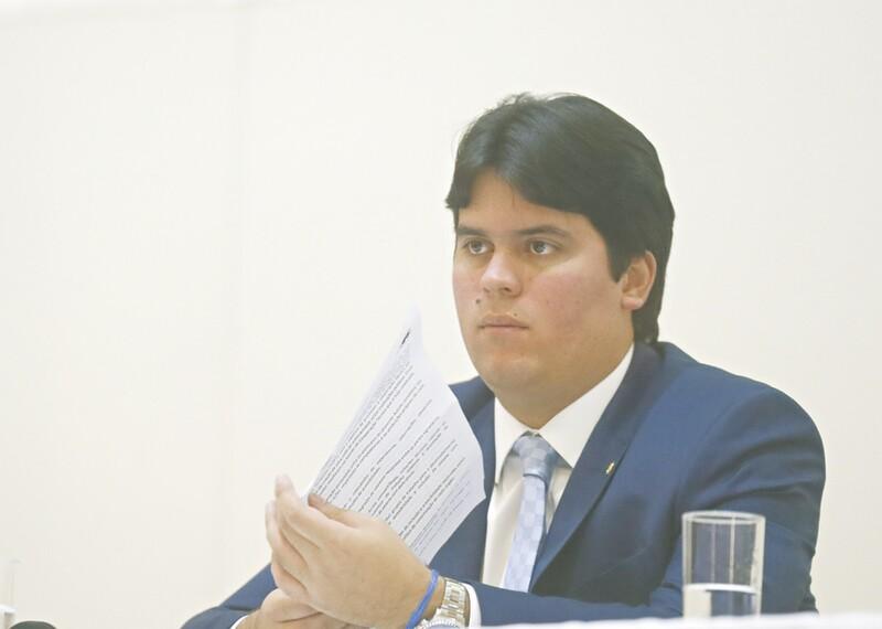 Presidente em exercício, Rodrigo Maia tenta viabilizar votação da reforma política