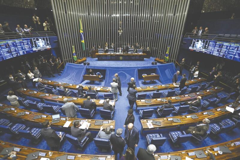 Senado aprova PEC que cria cláusula de desempenho e veda coligações