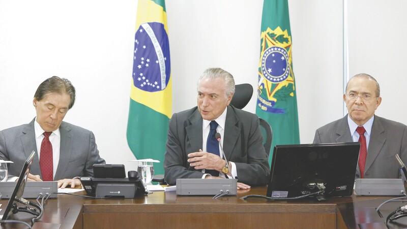 Temer já admite saída de ministros do PSDB do governo