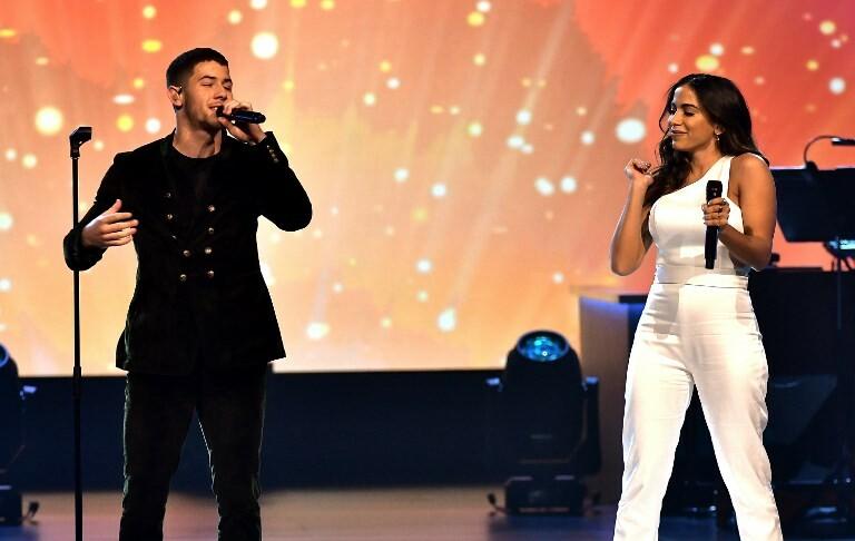 Anitta posta fotos com celebridades internacionais e canta com Nick Jonas