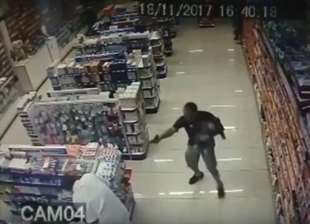 PM reage a assalto com filho no colo e mata suspeitos