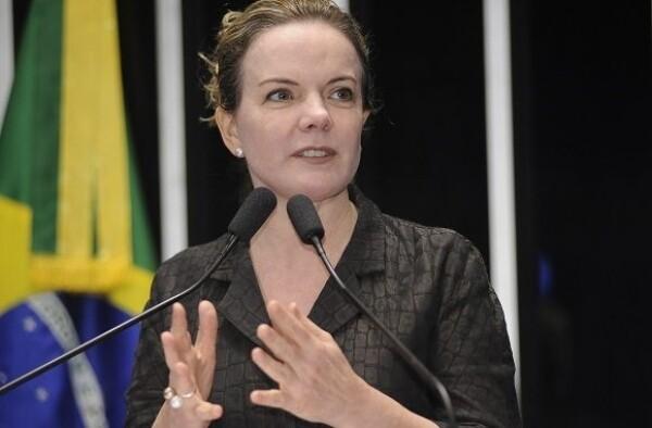 Em gafe no Twitter, Gleisi vê apoio a Lula em faixa para torcedor em coma