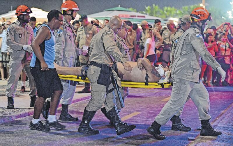 Motorista invade praia de Copacabana e atropela pedestres; bebê morreu