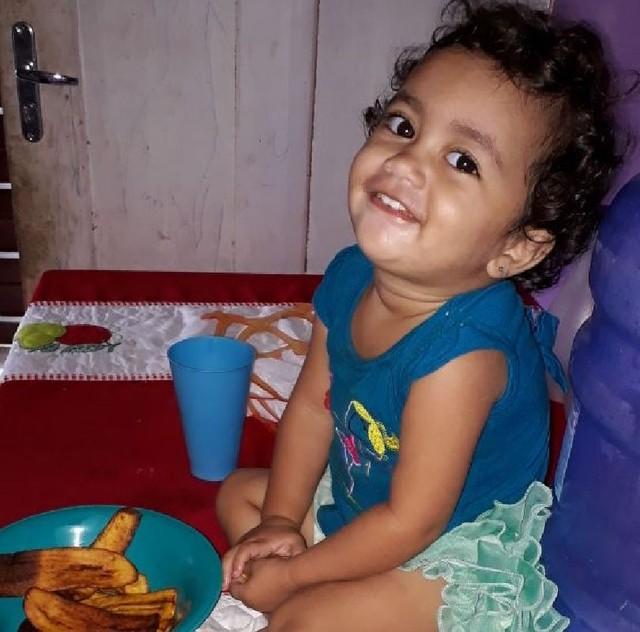 Bebê morre ao comer bolo com veneno que seria dado ao pai