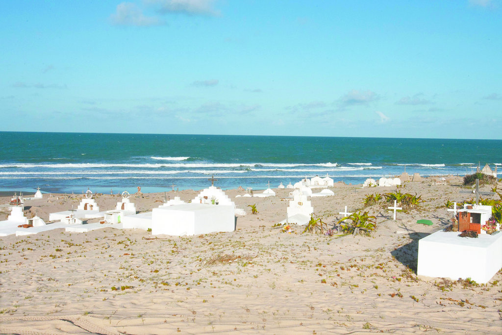 O cemitério de Pedras Compridas, na beira do mar de Icaraí de Amontada, não tem vigilância nem controle por parte da Prefeitura