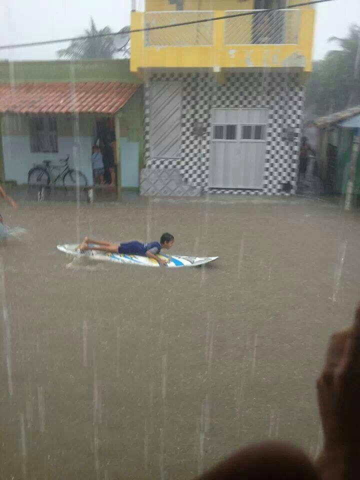 Em Camocim, adolescente se diverte com a rua cheia de água